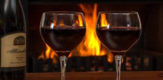 Cum se ciocneste corect un pahar cu vin. Tot ce trebuie sa stii despre bautul vinului