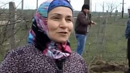O femeie planta cartofi atunci când un sunet bizar s-a auzit din pământ! S-a apropiat și… Uite ce a găsit femeia
