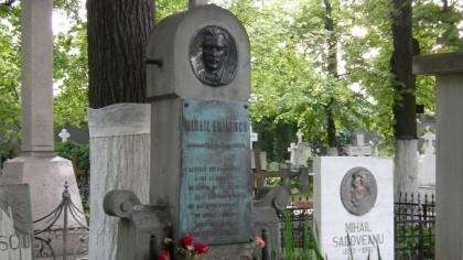 Pe mormântul cărui poet scrie: Nu-l treziţi, că cere vin! Ce scrie la Eminescu si Caragiale?
