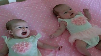 UIMITOR! Aceste fetițe s-au născut din aceeași mamă și în aceeași zi, dar NU SUNT GEMENE. Cum este posibil așa ceva e o raritate…