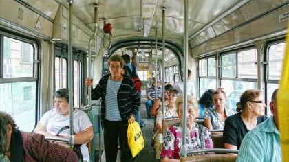 De ce să nu dai bătrânilor locul din autobuz. Ce au descoperit cercetătorii