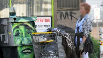ȘOCANT! Una dintre cele mai frumoase femei din lume, caută mâncare prin gunoaie. Cum a ajuns în halul asta