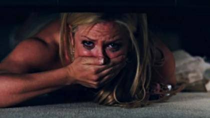 S-a ascuns sub pat ca să-i facă o surpriză iubitului. El a intrat în cameră, iar ea, de pe parchet, a trăit şocul cel mare