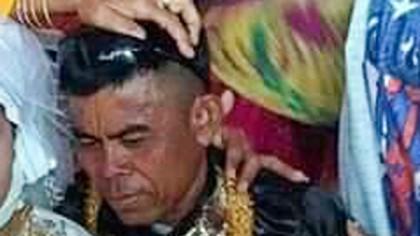 O fetiță de 13 ani, obligată să se mărite cu un bărbat de 48 de ani. Gestul făcut de bărbat la nuntă, în timp ce fetița se uită timid în pământ