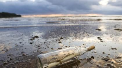ȘOC! Un locuitor din Mamaia a descoperit o sticlă bizară. Ce a observat că e înăuntru: veche de 41 de ani