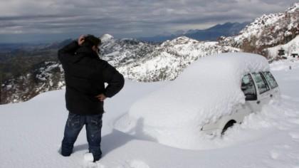 A dat zăpada de pe maşină, înăuntru era un bărbat viu ce locuia acolo de 2 luni. Dar a şocat ce a găsit lângă om