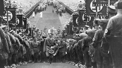 Craciunul in Germania nazista. Mamele erau incurajate sa coaca prajituri sub forma unei svastice