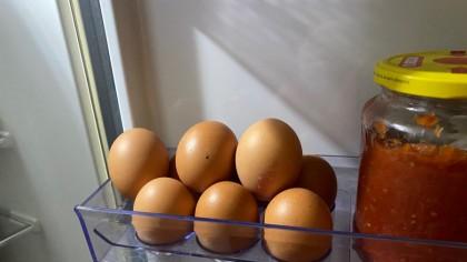 De ce ouăle NU se țin pe ușa frigiderului? Care e diferenta dintre ouăle albe și cele maro?