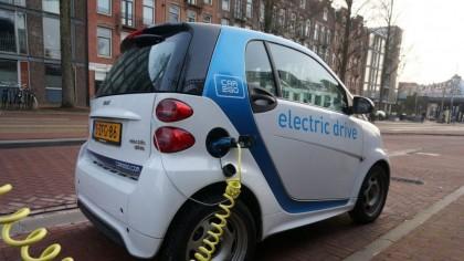 """Din ce sunt făcute bateriile mașinilor electrice. Cum de unele pot ajunge la 700 de kilometri cu un singur """"plin"""" de curent"""