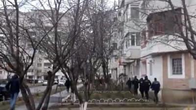 Noi imagini șocante din timpul intervenției de la Onești. Cum a intrat poliția peste agresor. Video