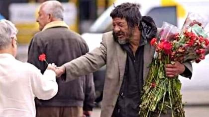 Gest înduioșător! Un om al străzii din Capitală a împărțit flori de 1 Martie, chiar dacă nu are ce mânca. Care au fost reacțiile oamenilor
